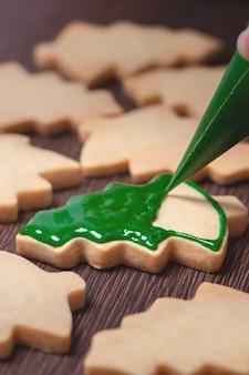 Gros plan du dessin biscuit au sucre de sapin de noël en pain d'épice.