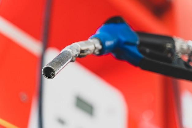 Gros plan du distributeur de carburant de la pompe à essence. carburant de transport de concept d'huile d'essence.