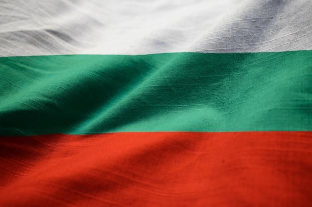 Gros plan du drapeau de la bulgarie ébouriffé, drapeau de la bulgarie soufflant dans le vent