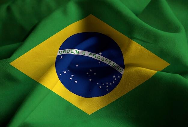 Gros plan du drapeau du brésil ébouriffé, drapeau du brésil soufflant dans le vent