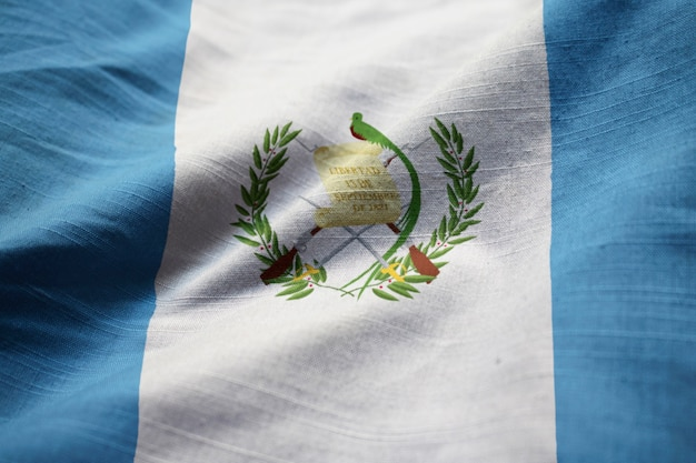 Gros plan du drapeau du guatemala ébouriffé, drapeau du guatemala soufflant dans le vent