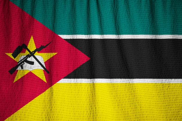 Gros plan du drapeau du mozambique ébouriffé, drapeau du mozambique soufflant dans le vent