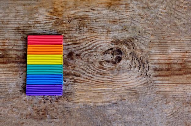 Gros plan du drapeau lgbt sur le fond en bois clair. couleurs arc-en-ciel lgbt de pâte à modeler