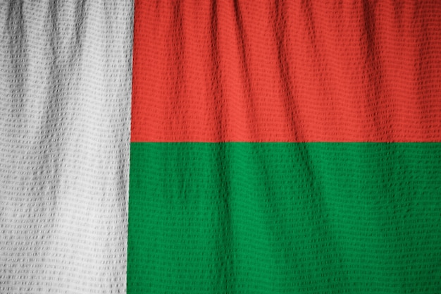 Gros plan du drapeau de madagascar ébouriffé, drapeau de madagascar soufflant dans le vent