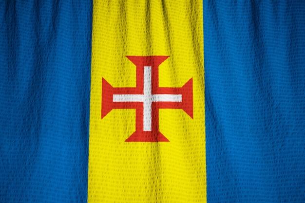 Gros plan du drapeau de madère ébouriffé, drapeau de madère soufflant dans le vent