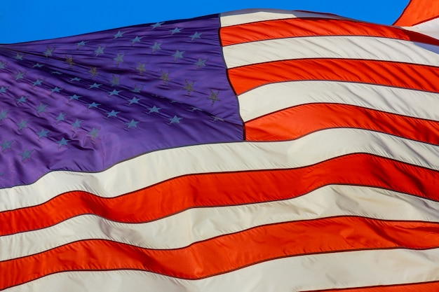 Gros plan du drapeau ondulé des états-unis d'amérique drapeau américain à rayures étoiles