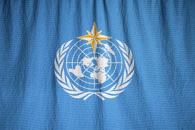 Gros plan du drapeau de l'organisation météorologique mondiale ébouriffé