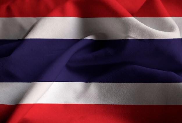Gros plan du drapeau de la thaïlande ébouriffé, drapeau de la thaïlande soufflant dans le vent