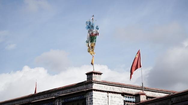 Gros plan du drapeau tibet sur le toit du bâtiment