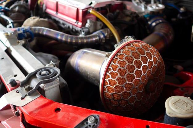 Gros plan du filtre à air de voiture de sport, prise d'air froid pour des performances supérieures