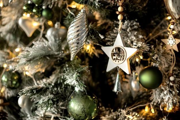 Gros plan du fond de vacances de décoration d'arbre de noël orné