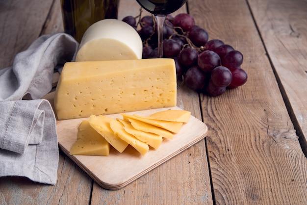 Gros plan du fromage fait maison avec des raisins