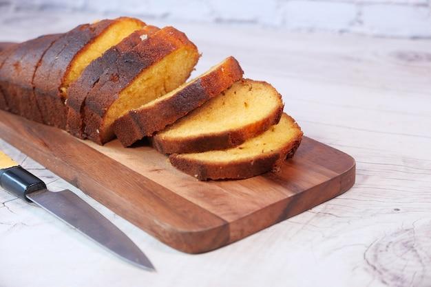 Gros plan du gâteau de boulangerie sur planche à découper.
