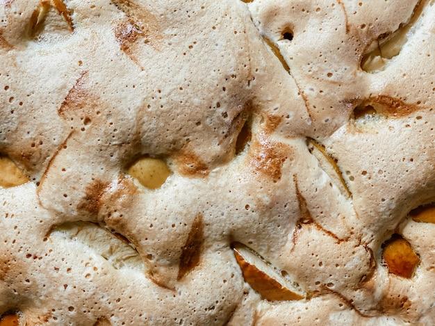 Le gros plan du gâteau éponge cuit aux pommes, vue de dessus. textures alimentaires.