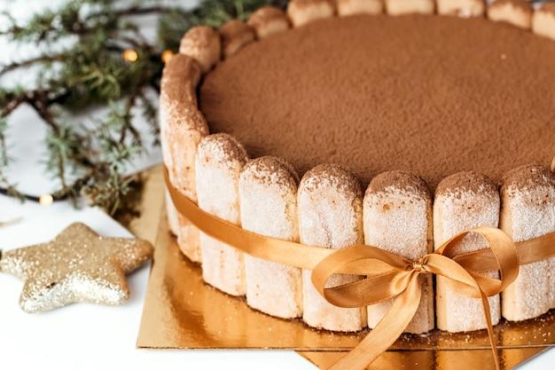 Gros plan du gâteau tiramisu.