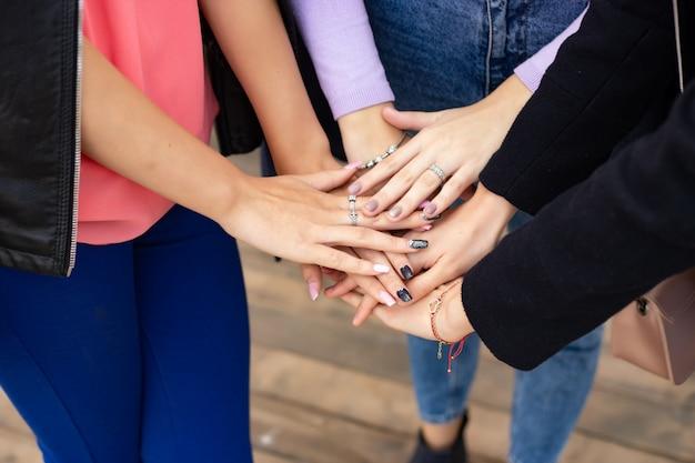 Gros plan du geste de la main haute cinq, symbole de la célébration commune ou de voeux. concept de réussite et de travail d'équipe