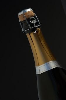 Gros plan du haut de la bouteille de champagne