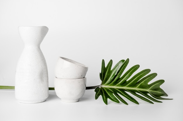 Gros plan du jeu de boire du saké japonais sur fond blanc.
