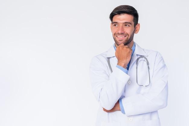 Gros plan du jeune bel homme persan barbu médecin isolé