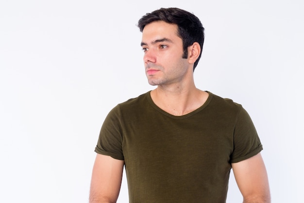 Gros plan du jeune bel homme persan isolé