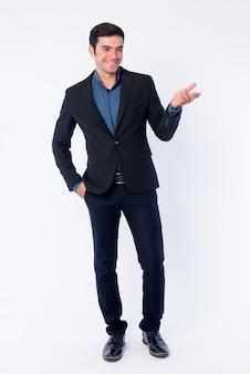 Gros plan du jeune homme d'affaires persan beau en costume isolé