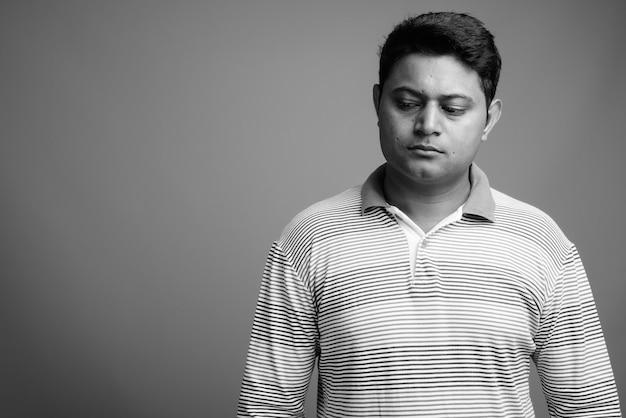 Gros plan du jeune homme indien portant un polo rayé à manches longues