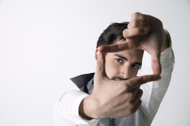 Gros plan du jeune homme photo d'encadrement fond blanc