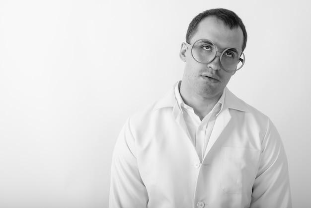 Gros plan du jeune médecin homme musclé à la recherche de stressé tout en portant des lunettes