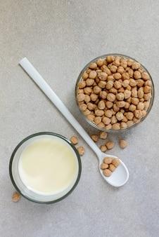 Gros plan du lait de pois chiche laitier alternatif dans un verre à boire avec des ingrédients