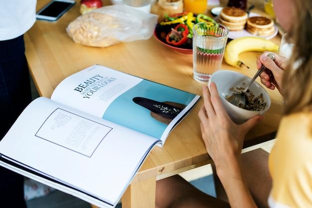 Gros plan du magazine de lecture de femme caucasien