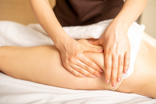 Gros plan du massage anticellulite par un physiothérapeute