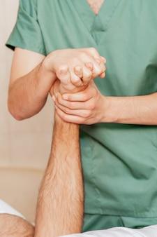Gros plan du massage des orteils de l'homme