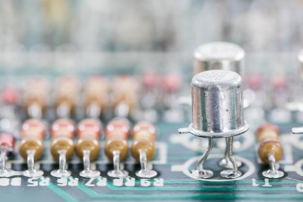 Gros plan du matériel électronique sur le circuit imprimé