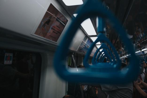 Gros plan du métro de la main courante du métro