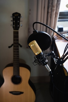 Gros plan du microphone au poste de travail de musique, concept de musique