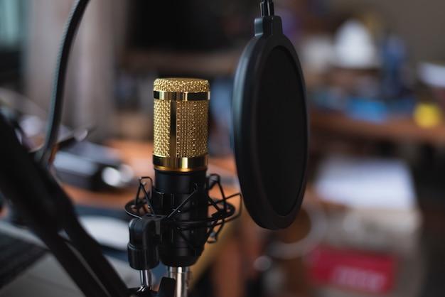 Gros plan du microphone au studio de musique, concept musical