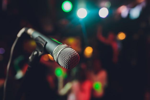 Gros plan du microphone dans la salle de concert ou la salle de conférence.