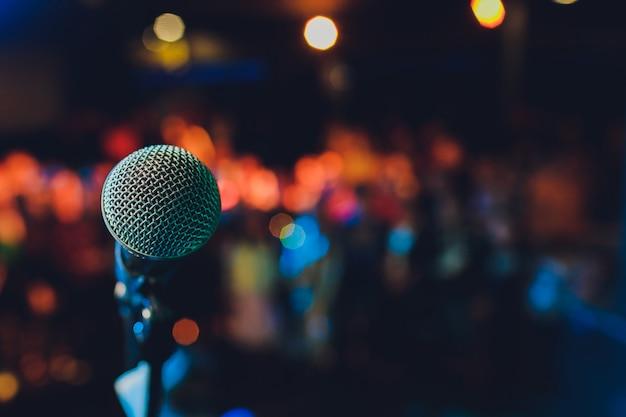 Gros plan du microphone dans une salle de concert ou une salle de conférence.