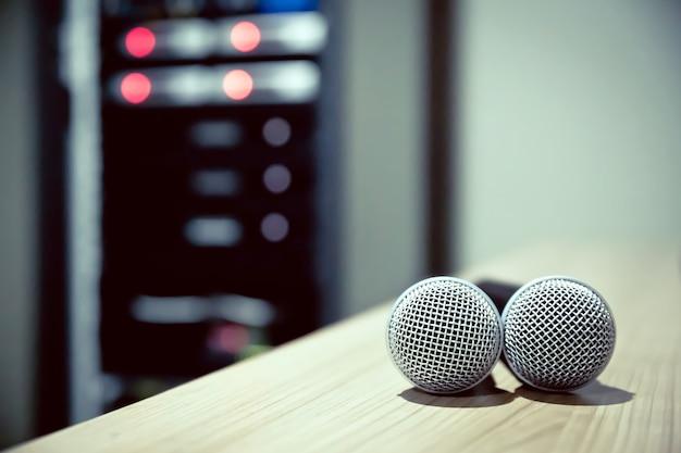 Gros plan du microphone dans les studios.