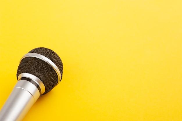 Gros plan du microphone sur papier jaune