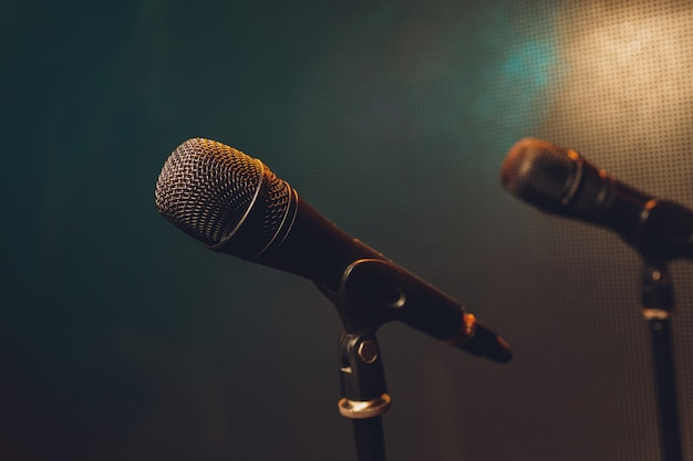 Gros plan du microphone sur scène dans la salle d'audience flou d'arrière-plan.
