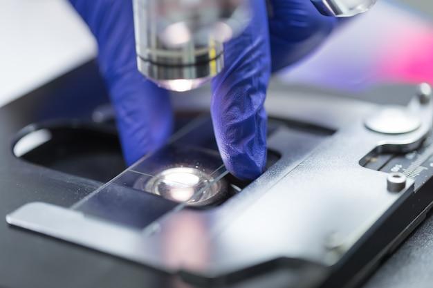 Gros plan du microscope au laboratoire de sang, concept science and technology