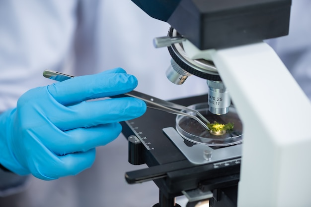 Gros plan du microscope avec une lentille métallique au laboratoire.