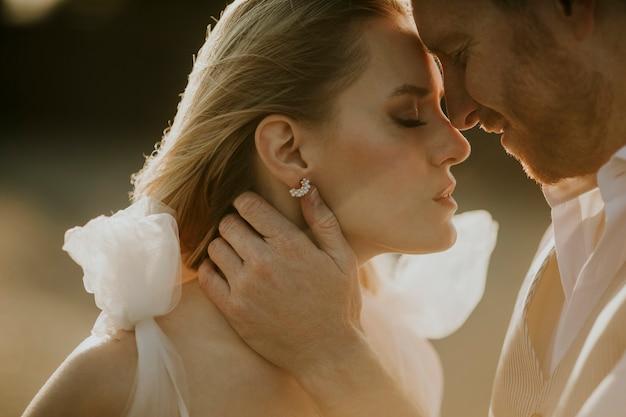 Gros plan du mignon jeune couple de jeunes mariés
