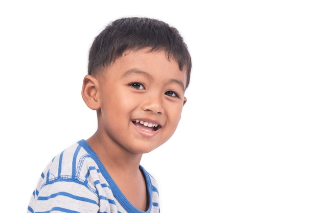 Gros plan du mignon petit garçon heureux et souriant