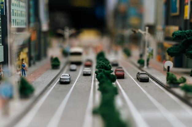 Gros plan du modèle de petites voitures sur la route, conception du trafic.