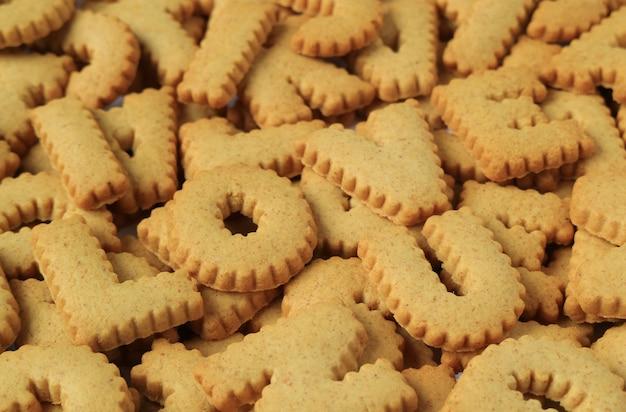Gros plan du mot i love u orthographié avec des biscuits en forme d'alphabet sur un tas des mêmes biscuits