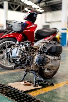 Gros plan du moteur de la moto dans la station de réparation