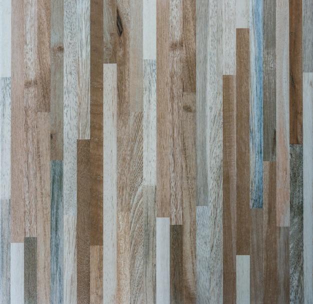Gros plan du motif en bois sur le carrelage.