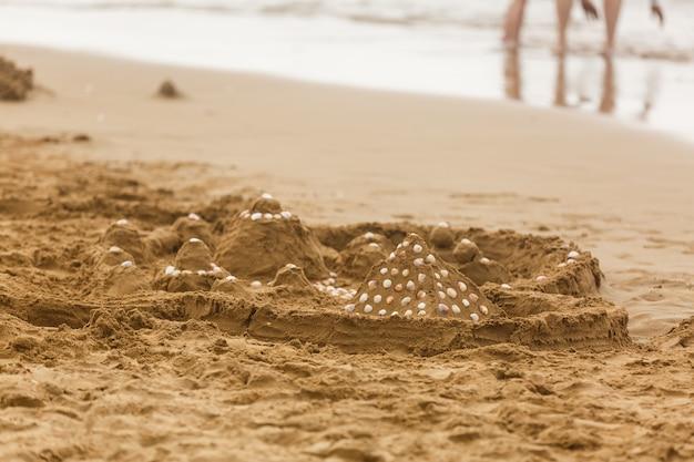 Gros plan du motif de sable d'une plage en été